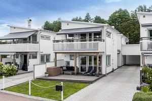 Stilfullt hus som präglas av ljusa och stilrena materialval. Foto: Jonas Granath.