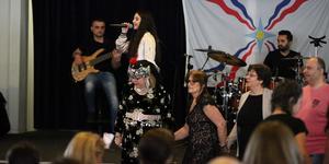 Merna Eskander, 14, sjöng dansade. Tusentals assyrier/syrianer firade Akitu i Södertälje.