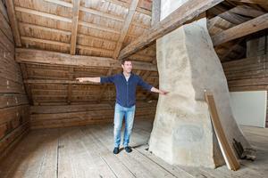 Kallvinden med en av husets två murstockar.
