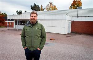 Nu  är det klart vad som ska hända med den tomställda lokalen i Skogsbo centrum. Helmer Hallklint som driver Hallklint Bil AB har köpt lokalen och ska bygga om den till försäljningshall för bilar.