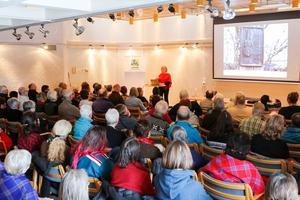 Bibliotekets föreläsningslokal fylldes till bredden under onsdagens föreläsning och på grund av lokalens brandsäkerhetsföreskrifter var det många som inte fick komma in.