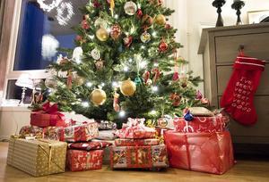 Idag ligger julklapparna under granen – ursprungligen hängde i densamma, mest godis och mindre leksaker till barnen.