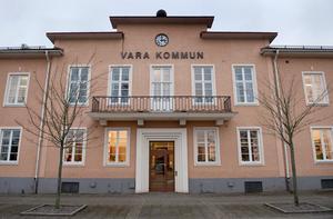 De tre fastighetsägarna ifrågasätter Var kommuns agerande och menar att det fanns spekulanter på lägenhetshusen i Kvänum som inte ens fick chansen att lägga bud.