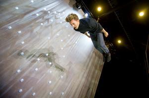 Lukas Ivanow går ned för landning.