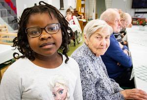 Gift Esperence tycker att det är kul att hälsa på de äldre på Frejagården. Lilly Larm i bakgrunden uppskattar besöken.