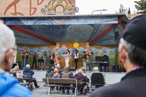 Invigningen av scenen, på sin nya plats i Colliniparken, den 29 augusti fick hållas utan originaldörren.