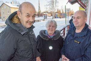 Åke och Ingrid Högberg fick några ord med områdespolisen Christer Höglund i samband med nyinvigningen av den uppfräschade väntsalen.