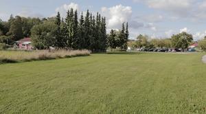 Här på gräsplanen framför Strömsholms förskola vill Carl Morberg och Strömsholms fastigheter bygga nio radhus.