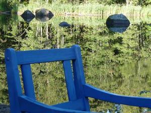 Vacker dag, blå stol och stilla vatten!