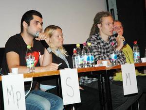 ORDVÄXLING. Amir Taghian (S) och Emil Johansson (FP) höll hårt om mikrofonerna under onsdagens valdebatt för gymnasieelever i Aspenaulan i Tierp. Eleonore Lundkvist (M) och Sara Sjödal (C) lyssnade.