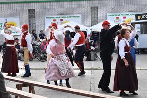 Häverö spelmän och Häverö Folkdanslag förflyttade besökarna ett par hundra år bakåt i tiden.
