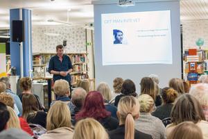 Föredraget, det tredje Torgny Hellberg hållit på de drygt tio år som gått sedan morden, lockade en stor publik till Köpings bibliotek.