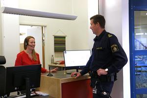 Maria Lysegård, teamledare för information i Lekeberg, är en av dem som förmedlar kontakten när allmänheten vill träffa polisen i kommunhuseets reception.Om polisen de är ute och åker så ringer Maria upp.