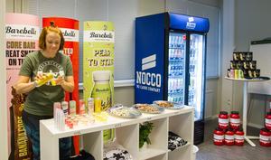 Under nyinvigningen bjöds det på smakprover från energidrycker och proteinbars. Dessutom gratis frukt.
