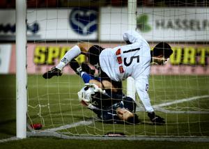 Leonardo Guerra knockar Trelleborgs målvakt Richard Richardsson i ett övertänt inhopp som blev brassens enda i ÖSK. Arkivfoto: Per Knutsson