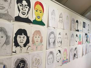 Några av många ansikten på utställningen.