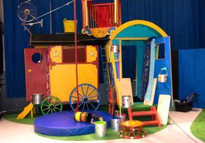 I scenografin finns både gammalt och nytt och allt är precis så färgsprakande som det ska vara på cirkus.