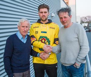 Ordföranden Göran Liljegren och sportchefen Thomas Eriksson hälsar Robin Folkesson välkommen tillbaka till ÖSK Bandy efter fem säsonger i andra klubbar. Foto: Lennart Eriksson