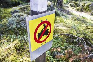 Då fyrhjulingskörning förekommit tidigare inom Tjuvbergets naturreservat finns skyltar om förbud att framföra terrängfordon.