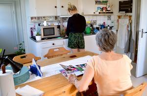 Anställda kritiserar hemtjänsten men ledningen försvarar verksamheten.