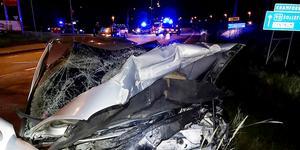 En av de demolerade bilarna vid den svåra frontalkrocken i Kramfors. Foto: Räddningstjänsten