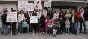 En stor grupp föräldrar hade kommit till kommunfullmäktige för att protestera mot skolorganisationen i västra skolområdet. Denna gång hade många föräldrar från norra delen av kommunen slutit upp.