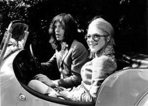 The Rolling Stones Mick Jagger och sångerskan Marianne Faithfull fotograferade i en Morgan V8 i England 1969, körandes till förhör angående droginnehav.