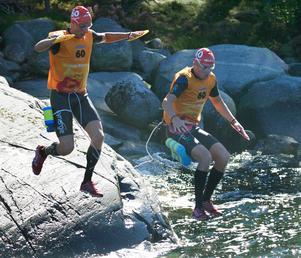 Tävlande hoppar i plurret.(Stod tidigare att detta var Team Actic, vilket var en missuppfattning.)