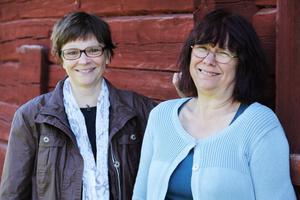 Mona Rosenqvist och Barbro Ager presenterar sommarens utställning vid hälsingegård Löka.