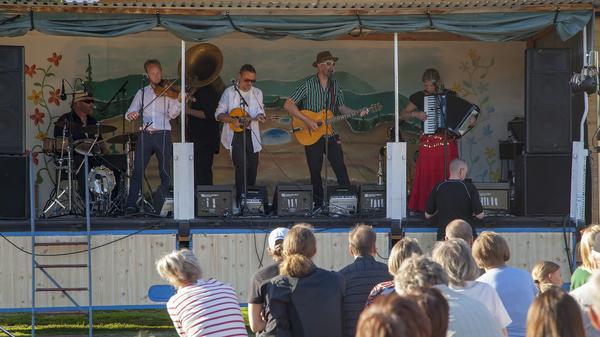 Tibble Transsibiriska spelade balkan och romsk musik på ett medryckande, glatt och passionerat sätt vilket gjorde att många i publiken på Lillhärdals camping hade svårt att sitta stilla.