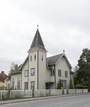 Det gamla missionshuset i Sveg med stor kyrksal och kyrktorn. Foto: Lofsdalens Fastighetsbyrå