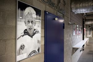 På väggen i Tegera Arena pryds en av väggarna av ett stort porträtt av Peter Åslin.