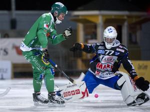 Pertti Virtanen, här i Kungälv, i duell med Hammarbys Johan Östblom (numera Willes). Året är 2012. Bild: TT