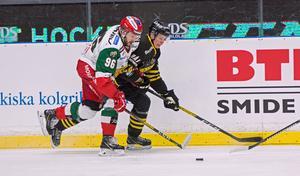 Mora IK:s Niki Petti i kamp med AIK-backen Isac Heens, tidigare i Malungs IF.