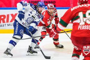 Mattias Karlsson med kontroll över pucken mot Moras Ryan Johnston. Foto: Daniel Eriksson/Bildbyrån.