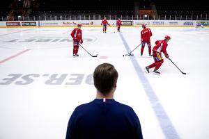 11.00: Sportchefen ser på medans laget har matchvärmning.