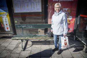 Minnie Eriksson från Östersund väntar på bussen och retar sig på rökning vid lekplatser.
