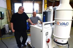 Mattias Renberg och Roberto Granberg med en anläggning som ska levereras till Finland.