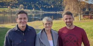 Centerpartiets ekonomisk-politiske talesperson Emil Källström tillsammans med regeringens utredare Catharina Håkansson Boman och Friluftsbyns ägare Jerry Engström.