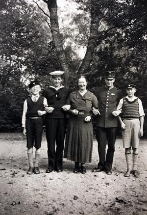 Anne-Margrethe tillsammans med sönerna Axel, Bertil, Carl-Adolf och Bengt-Eric.