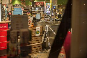 Butiken är just nu avspärrad i väntan på att en brottsplatsundersökning ska göras på platsen. Foto: Niklas Hagman