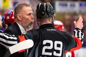 Moras tränare Mats Lusth i samtal med domaren under match tre i direktkvalet. Foto: Daniel Eriksson/Bildbyrån.