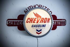 Chevron är en vanlig bensinstation i USA ungefär som BP eller Shell.