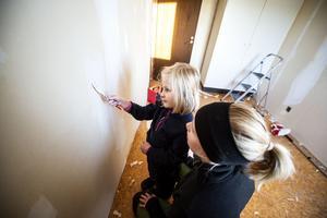 Jennie Häggström och dottern Siri hjälps åt i Siris blivande rum.