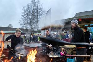 Personalen från Äventyrsservice visade upp talangerna i att vända på kolbullarna i luften.