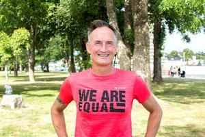 – All kärlek räknas och är bra, det måste vi få alla att förstå, säger Michael Wolhardt, som i år skänker alla donationer till RFSL Roslagen.