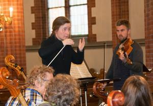 Eva Lauenstein, oboist i Nordiska Kammarorkestern, är också dirigentutbildad. Här dirigerar hon Sundsvalls Orkesterförening.