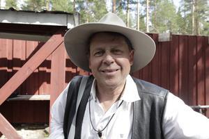 Stefan Ström lyssnade antingen på de andra artisterna, eller var med på scen själv.