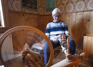 Solveig Mattson spann ull och visade på plats upp ett gammalt hantverk på utdöende.
