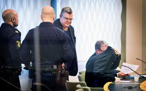 Häktningsförhandlingen är avslutad. Kammaråklagare Carl-Johan Norström syns mitt i bild.